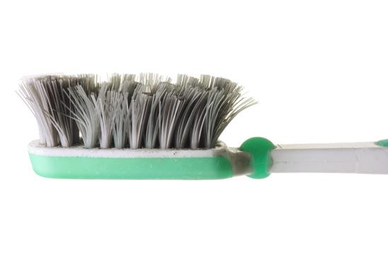 چگونه مسواکتان را تمیز میکنید